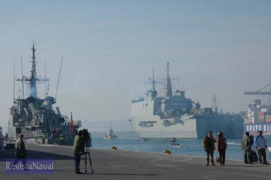 Enfilando hacia la bocana del puerto rodeado de una multitud de embarcaciones de recreo, a la izquierda en la imagen el patrullero P-75 «Descubierta» preparándose para salir a la mar (Foto: Lapenu)