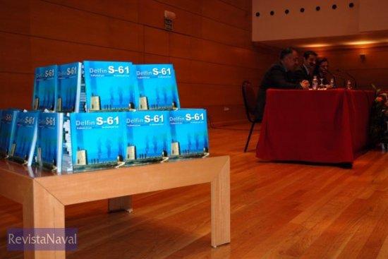 La institución editora obsequió a los asistentes a la presentación con un ejemplar del libro (Foto: cortesía Antonio Arévalo)
