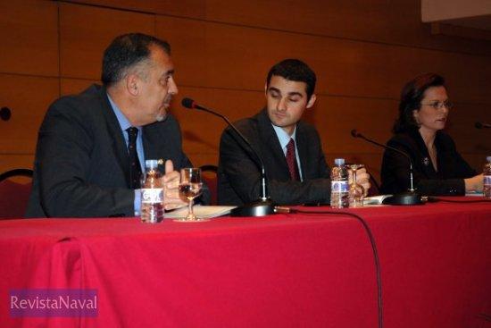 El concejal de cultura, Eduardo Dolón, flanqueado por los autores, Diego Quevedo Carmona y Encarna Hernández Torregrosa, durante el acto (Foto: cortesía Antonio Arévalo)