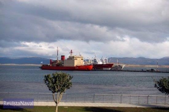 La ciudad argentina de Ushuaia es la capital marítima de la ciencia antártica, en su puerto recalan cada año los buques que componen la flota científica internacional. En la imagen el rompehielos ARA «Almirante Irízar» (Foto: Cortesía de A. Yllera)