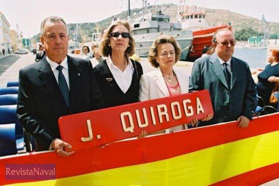 Familiares de Javier Quiroga con un recuerdo del buque que ahora cesa en el servicio activo (Foto: Diego Quevedo Carmona)