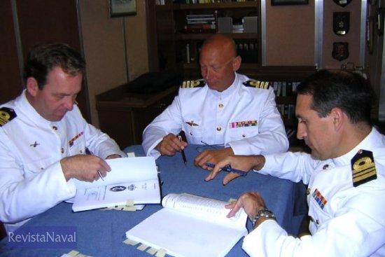 Los comandantes entrante y saliente junto al comandante de la 1ª Escuadrilla de Cazaminas de la Armada, a la que pertenece el «Sella» (Foto: vía Javier Peñuelas)