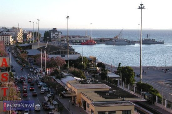 Vista del puerto griego de Patras con la flotilla de medidas contra minas de la OTAN (Foto: vía Javier Peñuelas)