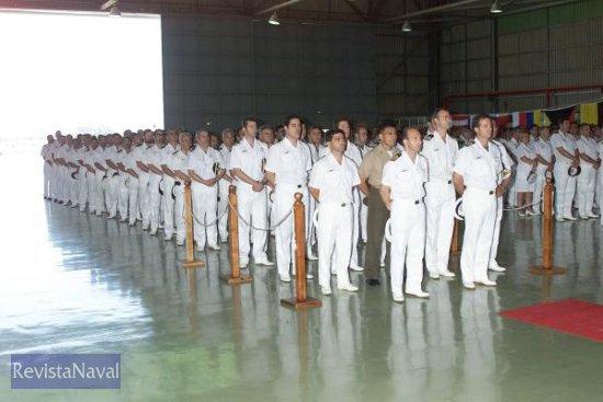 Compañeros del Capitán de Fragata Pedro Galiana Navarro rinden homenaje en el hangar número cinco de la Flotilla de Aeronaves de la Base Naval de Rota (Foto: MDE)