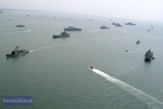 Desde el centro de la imagen hacia la derecha aparecen los HMS «Ocean» y «Albion», el «Príncipe de Asturias», «Charles de Gaulle» y USS «Saipan» (Foto: vía Javier Peñuelas)