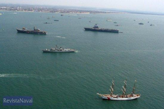 El «Príncipe de Asturias» y el «Charles de Gaulle» junto a una fragata británica del Tipo 23 y el buque escuela de la Guardia Costera de los Estados Unidos «Eagle»(Foto: vía Javier Peñuelas)