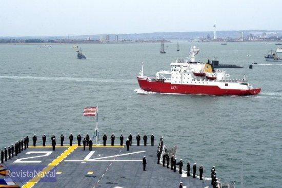 La reina de Inglaterra, Isabel II pasó revista a la flota desde el HMS «Endurance». Un hecho inédito, dado que para esta clase de eventos habitualmente embarcaba en el yate real «Britannia», todo un símbolo de la monarquía británica, y que tuvo que ser dado de baja en 1997 debido a ajustes presupuestarios (Foto: US Navy)