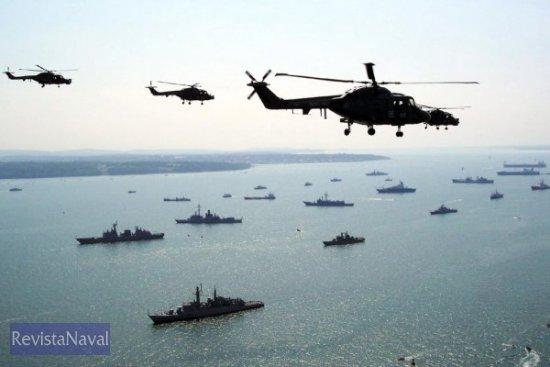 Una escuadrilla de helicópteros de la Royal Navy sobrevuelan la formación naval (Foto: Royal Navy)
