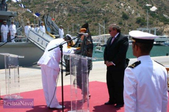 La madrina hace entrega de la bandera de combate al comandante del buque (foto: vía Javier Peñuelas / RevistaNaval.com)