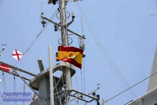 La enseña nacional ondeando en el mástil del buque (foto: vía Javier Peñuelas / RevistaNaval.com)