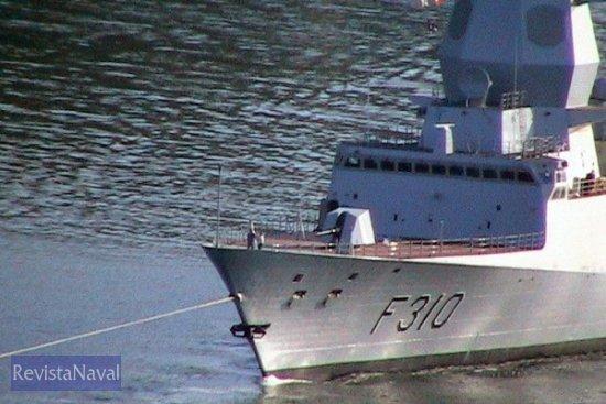 Como se aprecia en la imagen, la maniobra del buque se hace bajo techo, quedando la cubierta despejada para la pieza artillera de 76 mm y el VLS (lanzador vertical de misiles) (Foto: RevistaNaval.com)