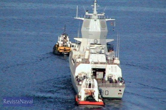 La «Fridtjof Nansen» fue ayudada por dos remolcadores civiles en las labores de atraque (Foto: RevistaNaval.com)