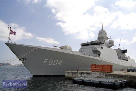 La pieza Oto Melara de 127 mm destaca sobre el castillo del buque. En la imagen es visible también el soporte reservado para un sistema CIWS Goalkeeper, de los cuales el buque sólo monta el de popa (Foto: Xoán Porto / RevistaNaval.com)