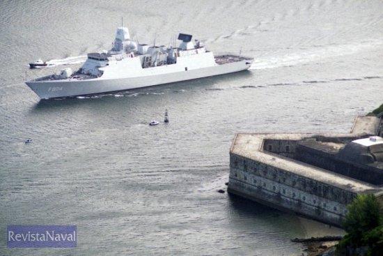 El buque partió de Ferrol a las 10.00 horas del sábado 9, permaneciendo apenas 24 horas en la ciudad departamental. En la imagen pasando frente al castillo de A Palma (Foto: Xoán Porto / RevistaNaval.com)