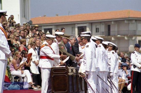 Durante el acto se entregaron los reales despachos a los nuevos oficiales y diplomas de nombramiento de oficial a los de la escala de complemento (Foto: Uxío Leira/RevistaNaval.com)