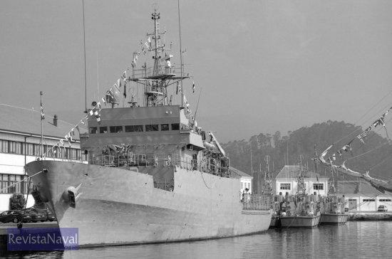 El patrullero «Serviola» se desplazó desde Ferrol. En la imagen aparece atracado en el muelle de la Escuela Naval Militar, junto a las lanchas de instrucción del centro formativo de la Armada  (Foto: Uxío Leira/RevistaNaval.com)