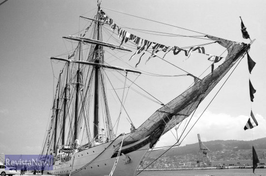 La unidad más destacada de entre las que hicieron presencia naval en el acto es el buque escuela «Juan Sebastián de Elcano», recién clausurado su LXXVI Crucero de Instrucción (Foto: Uxío Leira/RevistaNaval.com)