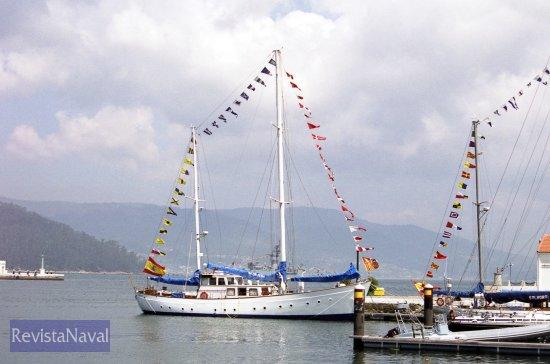 Otras unidades menores engalanadas con motivo de la festividad del Carmen, patrona de la Armada. En la imagen el velero escuela «Giralda» (Foto: Uxío Leira/RevistaNaval.com)