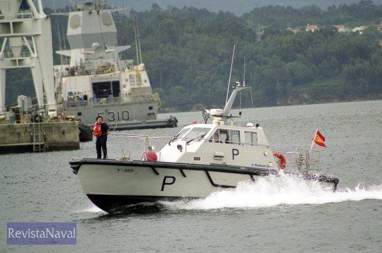 La embarcación del práctico militar salió a recibir a la «Álvaro de Bazán» cuando se adentraba en la ría de Ferrol(Foto: Xoán Porto/RevistaNaval.com)