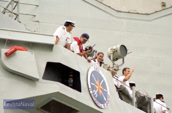 El comandante del buque supervisa la operación de atraque desde el alerón del puente (Foto: Xoán Porto/RevistaNaval.com)