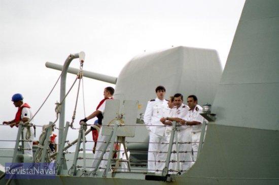 El buque está erizado de afustes para armamento ligero, preciso para combatir la amenaza de pequeñas embarcaciones como la que atacara al destructor norteamericano USS «Cole» en Yemen en octubre de 2000 (Foto: Xoán Porto/RevistaNaval.com)