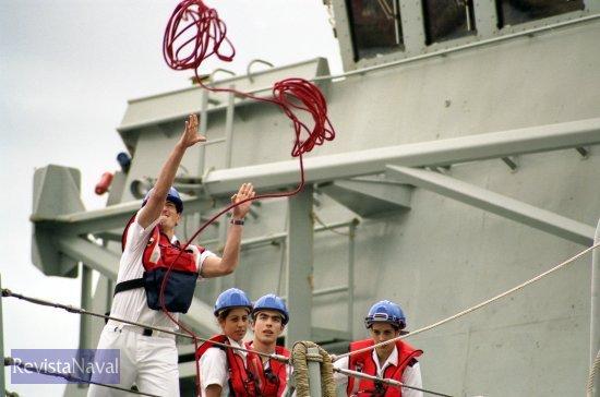 Lanzando un cabo guía durante la maniobra de atraque (Foto: Xoán Porto/RevistaNaval.com)