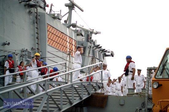 El jefe de la 31ª Escuadrilla de Escoltas, capitán de navío Rodríguez Garat, saluda a la bandera de su antiguo buque, del que fue comandante de quilla, mientras recibe el saludo de su sucesor, capitán de fragata Pedro García de Paredes (Foto: Xoán Porto/RevistaNaval.com)