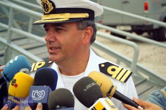 El capitán de fragata García de Paredes atendiendo a los medios durante la rueda de prensa a pie de muelle (Foto: Xoán Porto/RevistaNaval.com)