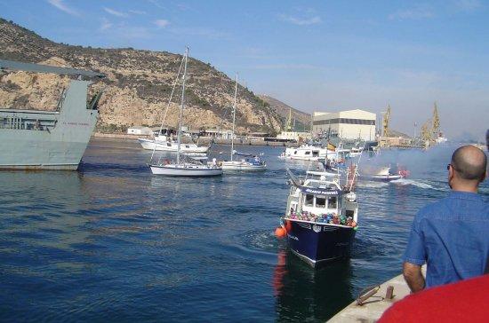 Los dos veleros intentan burlar el bloqueo siguiendo la estela de «El camino español» (Foto: Javier Peñuelas/Revista Naval)