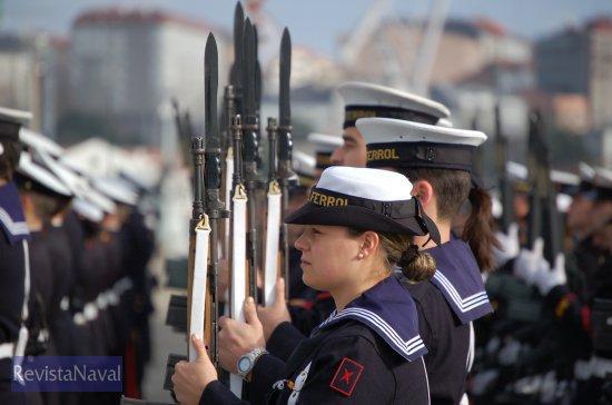 Presentando honores a la bandera (Foto: Fernando Rivera/Revista Naval)