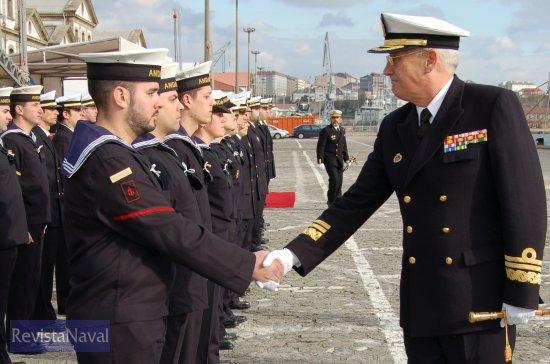 El almirante Cañete saludando a los miembros de la última dotación de la fragata «Andalucía» (Foto: Fernando Rivera/Revista Naval)