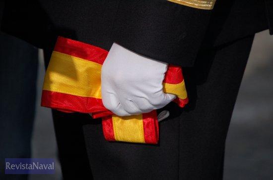 El estandarte del buque en manos de su último comandante (Foto: Fernando Rivera/Revista Naval)