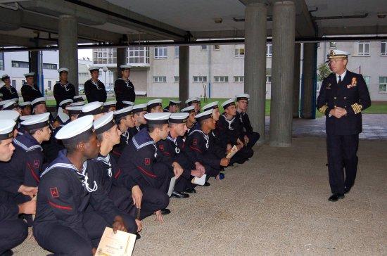 El comandante-director D. Luis Navia-Osorio y Rodríguez Aballe se dirige a los alumnos que finalizaron el periodo de formación (Fuente: Armada)