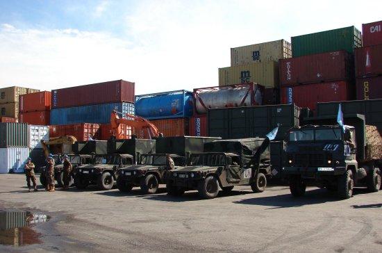 Hummers de la FIMEX-L aguardan su momento para ser embarcados en las unidades de transporte de la Armada (Fuente: Ministerio de Defensa)