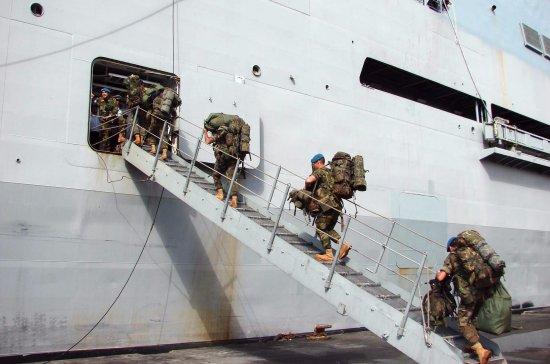 Los infantes de marina españoles ceden el relevo a fuerzas del Ejército de Tierra, en concreto de la X Bandera de la Legión (Fuente: Ministerio de Defensa)