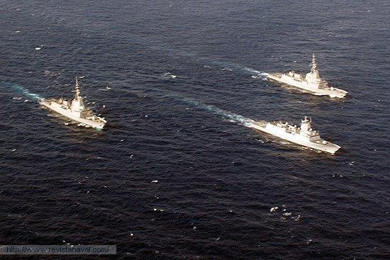 La cabeza de la clase, F-310 «Fridtjof Nansen» está en estos momentos en Estados Unidos probando sus sistema de combate junto a la fragata española «Méndez Núñez» y al destructor estadounidense USS «Lassen». En la imagen, durante el PASSEX con la fragata F-101 «Álvaro de Bazán» (Foto: Armada española)