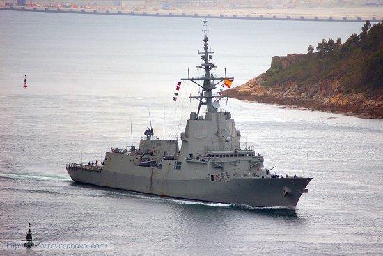 El buque adentrándose en la ría de Ferrol (Foto: Fernando Rivera/Revista Naval)