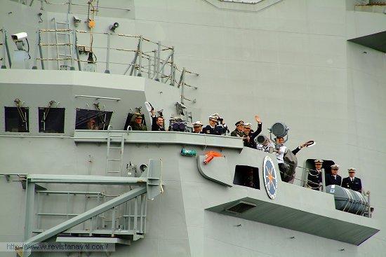 La dotación saluda desde el alerón del puente (Foto: Revista Naval)
