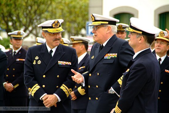 El buque fue recibido por los almirantes Cañete y Bolívar Piñeiro; y por el comandante de la 31ª Escuadrilla de Escoltas, Juan Rodríguez Garat (Foto: Revista Naval)