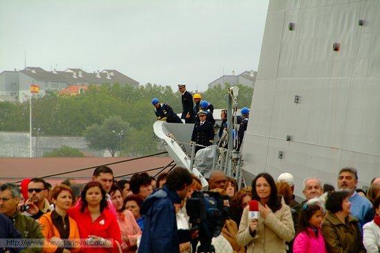 La larga duración del viaje de circunnavegación propició una masiva asistencia de familiares en los muelles ferrolanos (Foto: Revista Naval)