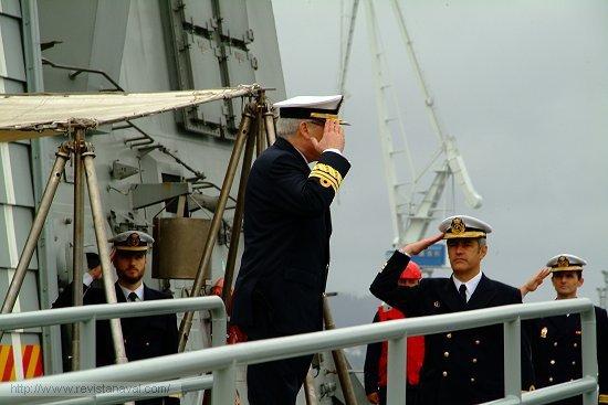 El almirante Francisco Cañete saluda a la bandera de la fragata «Álvaro de Bazán», siendo cumpliementado por el comandante del buque (Foto: Revista Naval)