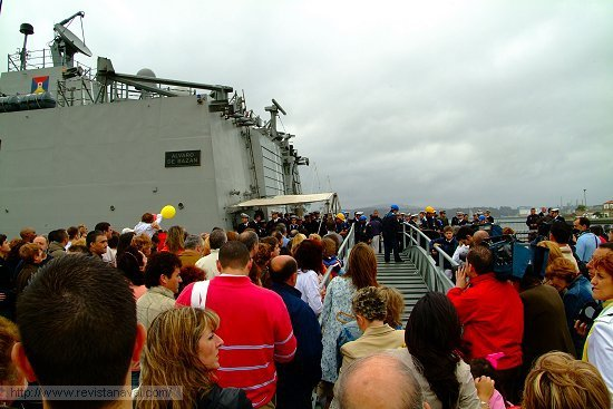 Los primeros tripulantes que saltaron a tierra fueron recibido con un espontáneo y caluroso aplauso por parte de público (Foto: Revista Naval)