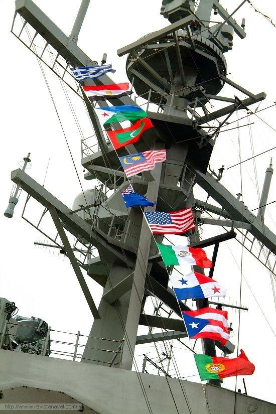 La anécdota: en el palo del buque ondeaban las banderas de los 11 países en los que hizo escala a lo largo del crucero (Foto: Revista Naval)