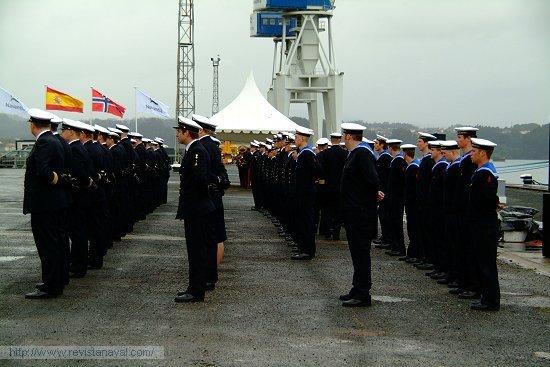 La dotación del buque formada a pie de muelle (Foto: Fernando Rivera/Revista Naval)