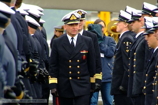 El Jefe de la Marina Real de Noruega, almirante Jan Eirik Finseth, pasando revista a la dotación de la fragata F-311 «Roald Amundsen» (Foto: Fernando Rivera/Revista Naval)