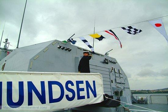 El comandante del buque, <i>Kommandørkaptein</i> Hans Petter Midttun,accede saludando a la enseña noruega en el momento de subir a bordo (Foto: Fernando Rivera/Revista Naval)