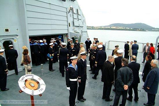Tras el embarque de la dotación, las autoridades subieron a bordo para departir durante unos minutos (Foto: Fernando Rivera/Revista Naval)