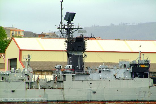 El <i>mack</i> del buque (mástil-chimenea) también fue cubierto con pintura negra (Foto: Revista Naval)
