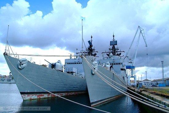 Las fragatas «Extremadura» y «Asturias», esta última aún en servicio, aunque en operatividad restringida, esperando la baja definitiva en la lista oficial de buques de la Armada (Foto: Revista Naval)