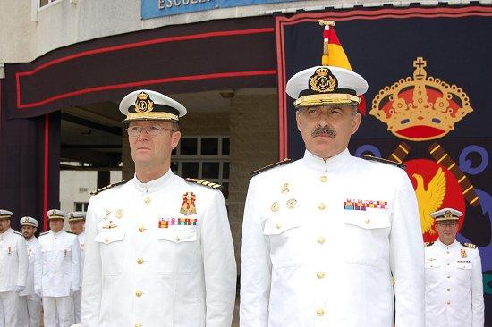El acto fue presidido por el contralmirante Sirvent Zaragoza, acompañado en la imagen por el comandante-director de la «Antonio de Escaño», capitán de navío Luis Navia-Osorio (Foto: Armada)